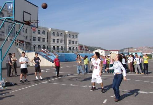 技巧及较力,包括掰腕子、排球垫球、踢毽球. 场上参赛选手摩高清图片